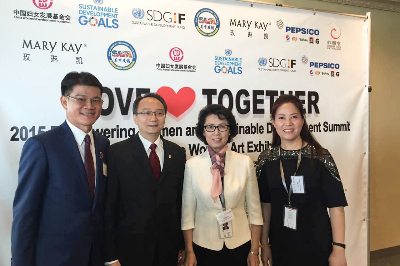 周亚军与(中间左边)美中友好协会会长张锦平、(中间右边)中国妇女发展基会副理事长兼秘书长合影