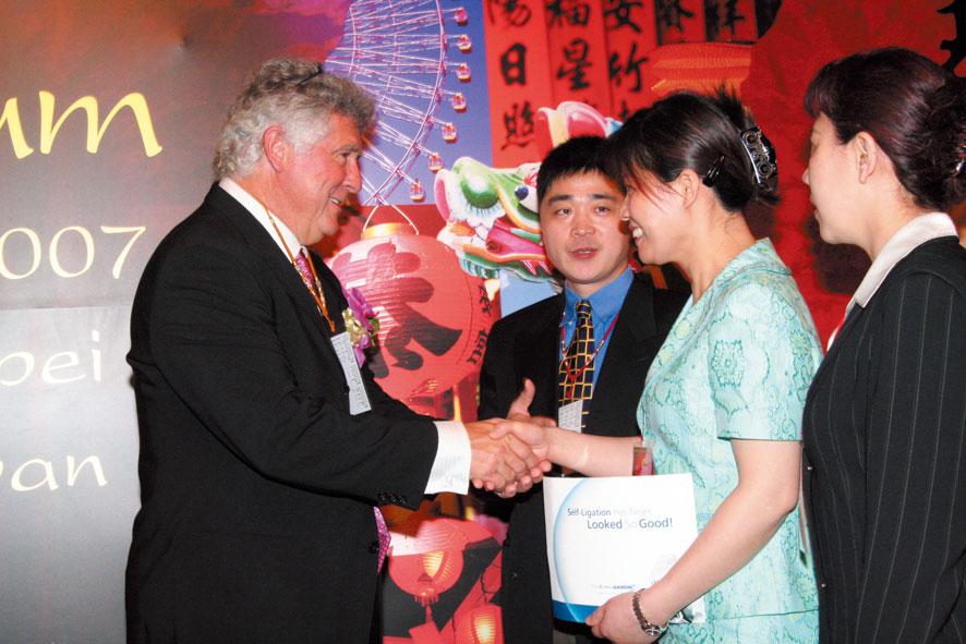 在中国台北召开的亚太地区戴蒙矫正系统论坛上,美国汤姆匹茨教授与周亚军医生亲切交流