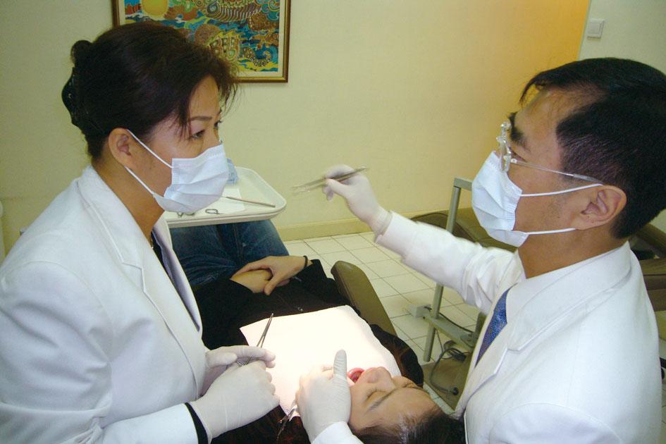 在中国香港,周亚军参与徐福—院士的临床操作